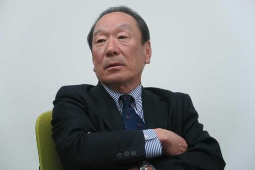 日経ビジネスのインタビューに応えるLIXILグループの川本隆一取締役。川本氏は統合前の中核会社の1つ、旧INAXで社長を務めた。