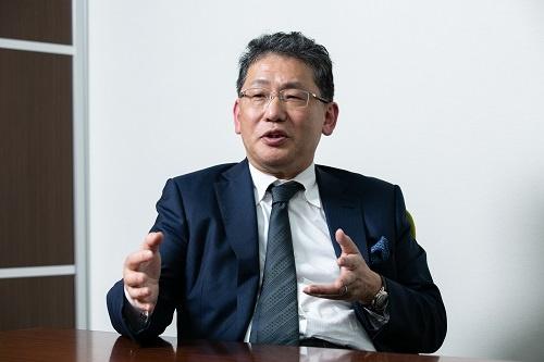 日経ビジネスのインタビューに答えるLIXILグループの瀬戸欣哉氏(写真:的野弘路、以下同)
