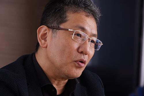 日経ビジネスの独占インタビューに応じたLIXILグループの瀬戸欣哉氏。昨年10月末にCEOを解任されたが、株主総会で株主に支持されて返り咲いた(写真:稲垣純也、以下同)