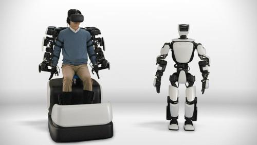 トヨタが開発するヒューマノイドロボット「T-HR3」(右)