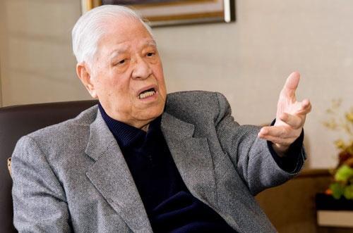 "<span class=""fontBold"">李登輝(り・とうき)</span><br />台湾・三芝出身。旧制台北高等学校を経て京都帝国大学農学部へ進学、在学中に志願して学徒出陣。1945年敗戦により学業半ばで台湾へ帰国。台湾大学に編⼊・卒業する。台湾大学教授などを経て72年より政界へ。88年蔣経国総統の死去により総統に昇格。96年台湾初の総統直接選挙を実現させ当選、総統を12年間務める。米コーネル大学農業経済学博士。1923年1月生まれ。2020年7月30日死去。(写真:賴 光煜)"