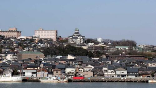 瓦屋根の家々が並ぶ福井県の街並み。幸福度日本一の同県は全国区トップレベルの 持ち家率を誇る(写真:PIXTA )