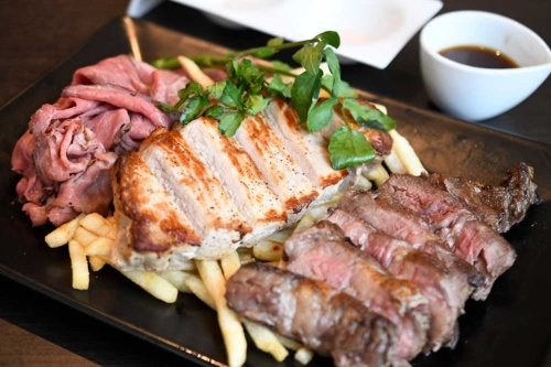 デニーズダイナー八雲プレステージで提供している「特製 お肉の盛合せプレート」(税込み3672円)。左からローストビーフ、三元豚ロースのオーブン焼き、アンガス牛のグリル。