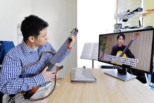 会員は都合の良いときに動画を見ながら練習をする(写真:竹井俊晴、以下同じ)