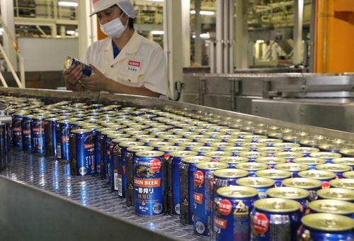 一番搾り糖質ゼロはサントリーに先んじて昨秋に発売した(岡山市のキリンビール岡山工場、写真:山陽新聞/共同通信イメージズ)