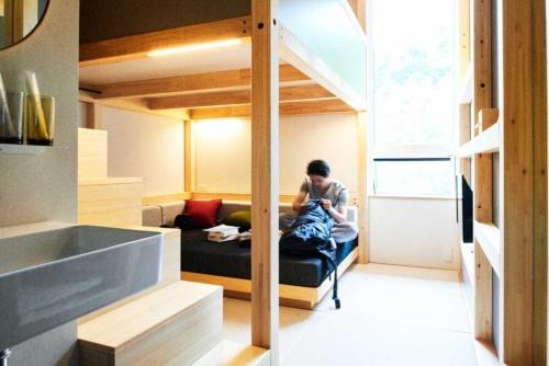 ベブファイブ軽井沢では、宿泊者全員が35歳以下であれば、季節・曜日に関係なく、2~3人用の部屋に一律1室1万6000円で泊まれるようにした。