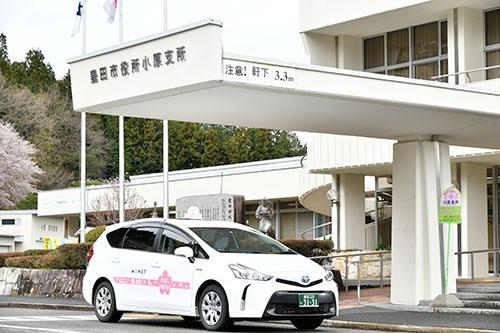 モネ・テクノロジーズがアプリ予約などの実証実験を行う「おばら桜バス」(写真=早川 俊昭)