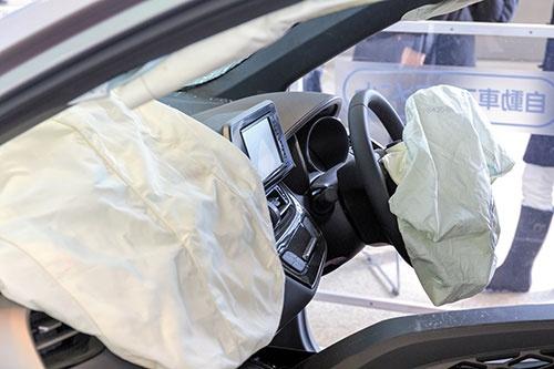 タカタ製エアバッグの異常破裂による死者は、海外で20人を超えるとされている。写真はイメージ(写真=PIXTA)
