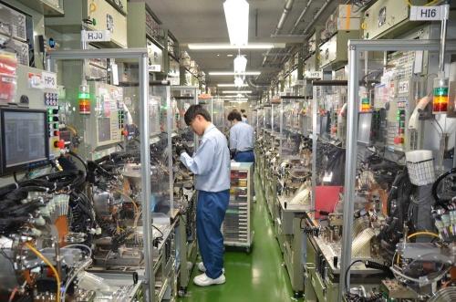 出雲村田製作所の検査工程の様子。自社開発の装置が使われている
