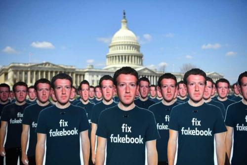 ザッカーバーグ氏が証言した公聴会では、フェイスブックへの抗議運動が展開された(写真:Sipa USA/amanaimages)