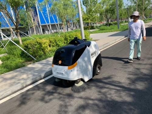ゆっくりと走る自動小型清掃車