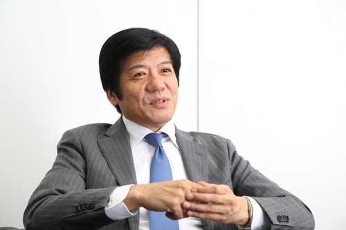 "<span class=""fontBold"">松岡真宏(まつおか・まさひろ)氏</span><br />東京大学経済学部卒。バークレイズ証券、UBS証券などで流通業界の証券アナリストとして活動。2003年に産業再生機構に入社し、カネボウとダイエーの再生計画を担当する。2007年よりフロンティア・マネジメント代表取締役。近著に『<a href=""https://www.amazon.co.jp/%E6%8C%81%E3%81%9F%E3%81%96%E3%82%8B%E7%B5%8C%E5%96%B6%E3%81%AE%E8%99%9A%E5%AE%9F-%E6%97%A5%E6%9C%AC%E4%BC%81%E6%A5%AD%E3%81%AE%E5%AD%98%E4%BA%A1%E3%82%92%E5%88%86%E3%81%91%E3%82%8B%E6%AD%A3%E3%81%97%E3%81%84%E5%A4%96%E9%83%A8%E5%8C%96%E3%83%BB%E5%86%85%E9%83%A8%E5%8C%96%E3%81%A8%E3%81%AF-%E6%9D%BE%E5%B2%A1-%E7%9C%9F%E5%AE%8F/dp/4532322448/ref=sr_1_1?__mk_ja_JP=%E3%82%AB%E3%82%BF%E3%82%AB%E3%83%8A&keywords=%E6%9D%BE%E5%B2%A1%E7%9C%9F%E5%AE%8F&qid=1562301712&s=gateway&sr=8-1"" target=""_blank"">持たざる経営の虚実</a>』(日本経済新聞出版社)がある。"