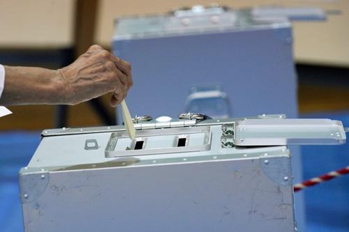 粛々と投票が進む投票所。高齢の有権者への対応が欠かせなくなる(写真:AP/アフロ)