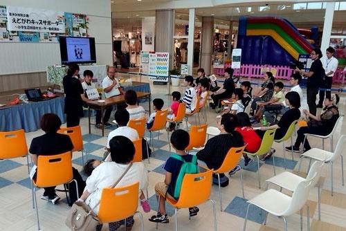 イトーヨーカ堂は店舗で来店客も参加できる認知症サポーター講座を開いている
