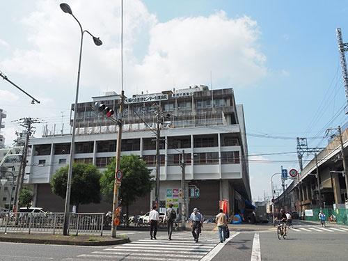 建て替え予定のあいりん総合センター。林氏もかつて釜ヶ崎の寄せ場に通っていた