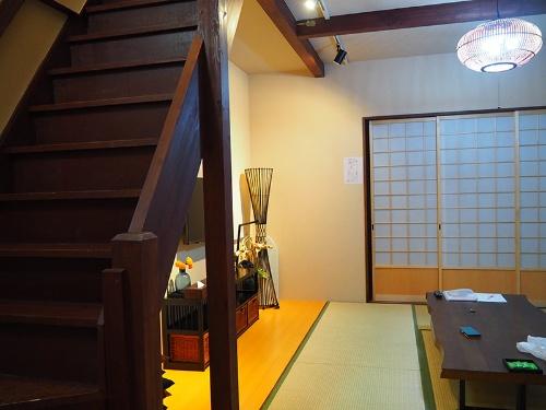 建物の2階には2ベッドの部屋が2つある。内装や什器(じゅうき)は外国人好みの日本風(写真は1階の畳部屋)