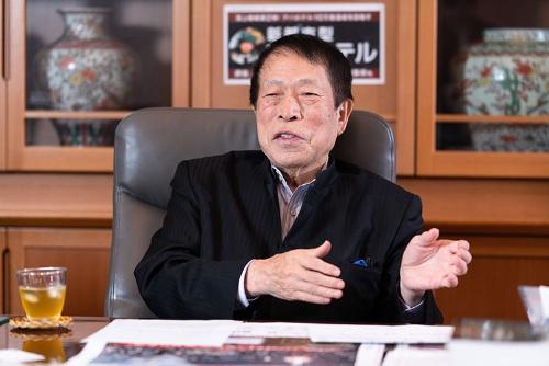 アパホテルを展開するアパグループの元谷外志雄代表。都心の一等地でホテルに集中投資している(写真:吉成大輔)