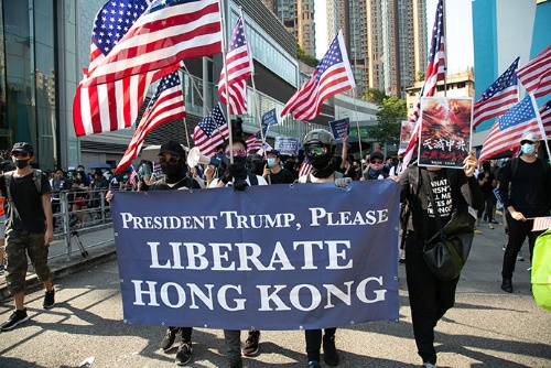 「トランプ大統領、どうか香港に自由を!」と掲げたデモ隊たちは星条旗を振って歩いた(写真以下2点/的野弘路)