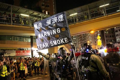 警告が上がるとデモ参加者たちから地鳴りのような声が上がった(写真/的野弘路)