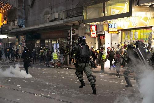 """""""市街戦""""を香港各所で繰り広げる警察。すでに騒乱の規模はその処理能力を超えている(写真/的野弘路)"""