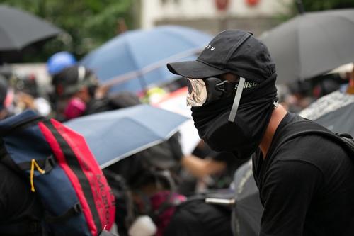 デモ参加者の多くは顔をマスクで覆っている(写真以下2点/的野弘路)