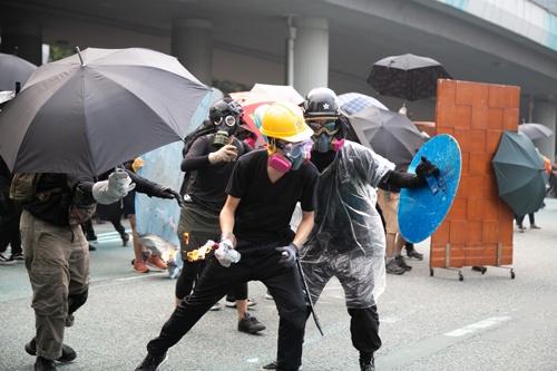 火炎瓶を投じる男性もマスクで顔を覆っていた(写真/的野弘路)