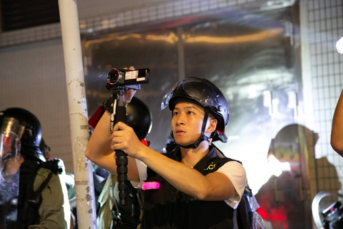 警察はデモ参加者の姿をカメラに収めている。この証拠集めへの対抗策がマスクなのだ