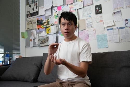 立法会の議員個室で取材を受ける鄺俊宇(写真/的野弘路)