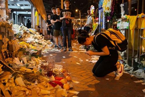 デモ参加者たちは男性の死を悼んだ(写真/的野弘路)