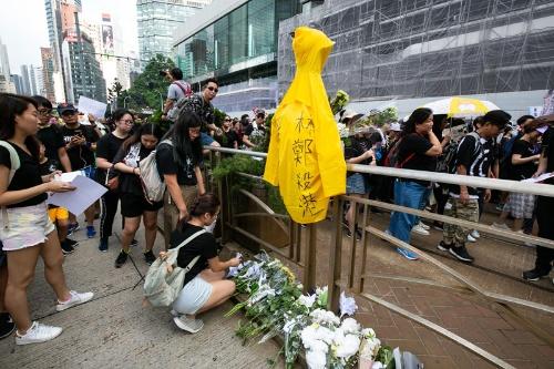 200万人デモのさなか、何カ所かで黄色いレインコートが掲げられた(写真/的野弘路)