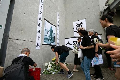 男性が亡くなった現場には祭壇が設置された(写真/的野弘路)