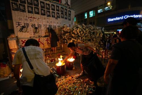 「消えた3人」を悼む祭壇には火が焚かれた(写真/的野弘路)