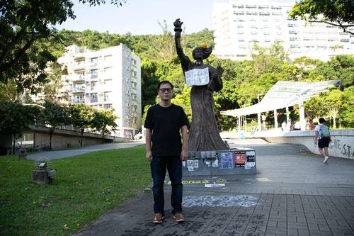 香港中文大学の入り口に2011年に立てられた「新民主女神像」の前に立つ周保松(写真/的野弘路)