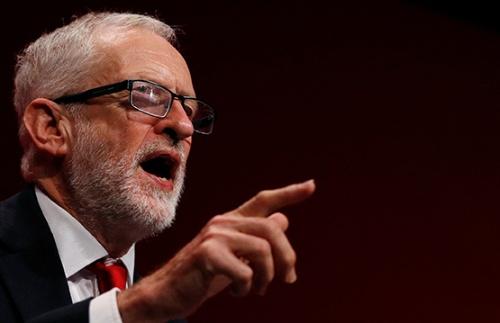 9月の労働党大会で演説するコービン党首 (写真:ロイター/アフロ)