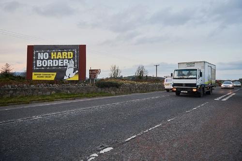 北アイルランドとアイルランドの国境では、ひっきりなしにクルマが往来する (写真:永川智子)