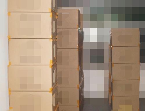 王の勤務先には日米欧のアマゾンに出品する製品が倉庫に保管されていた