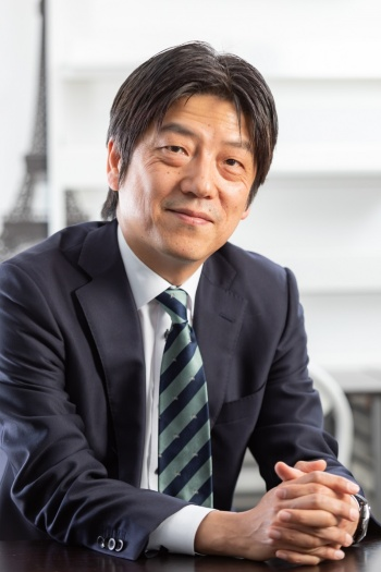 """<span class=""""fontBold"""">小屋一雄(こや・かずお)</span><br>ユーダイモニア マネジメント代表取締役。日本エンゲージメント協会代表理事。ギャラップ社の日本における創業メンバーとして参画した後、グローバル企業にてマネジメント職を歴任。2009年に独立。職場の活性化や人づくりのためのコーチング、研修、コンサルティングなどを行う。サンダーバード国際経営大学院経営学修士課程(MBA)修了。京都大学EMBAコース講師も務める。</a>"""