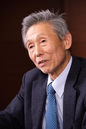 """<span class=""""fontBold"""">澤上 篤人(さわかみ・あつと)</span><br>さわかみ投信代表取締役会長。1947年、名古屋市生まれ。1973年、ジュネーブ大学付属国際問題研究所国際経済学修士課程履修。1999年に、日本初の独立系ファンド「さわかみファンド」の運用を始める。長期投資のパイオニアで、同ファンドの純資産は約3400億円、顧客数は11万6000人を超える。(写真:北山宏一)"""