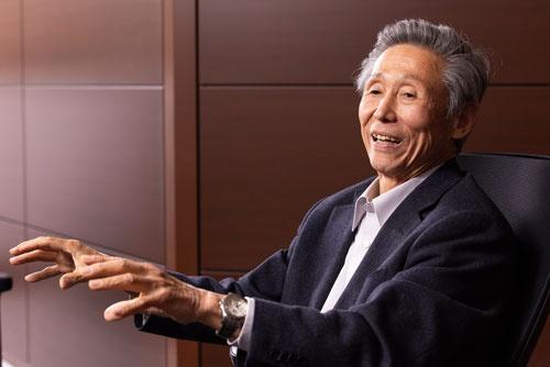 """<span class=""""fontBold"""">澤上篤人(さわかみ・あつと)氏</span><br />さわかみ投信代表取締役会長。1947年、愛知県名古屋市生まれ。1973年、ジュネーブ大学付属国際問題研究所国際経済学修士課程履習。1999年に、日本初の独立系ファンド「さわかみファンド」の運用をはじめる。純資産は約3400億円、顧客数11万6000人を超え、長期投資のパイオニアとして知られている。(写真:北山宏一)"""