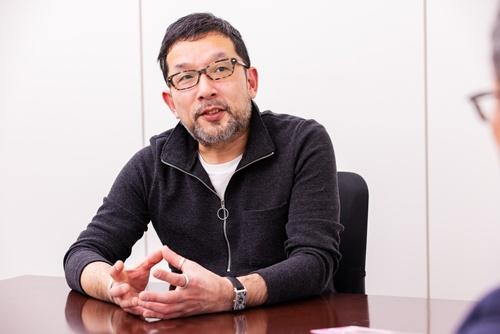 """<span class=""""fontBold"""">相場英雄(あいば・ひでお)氏</span><br />1967年新潟県生まれ。89年に時事通信社に入社。95年から日銀記者クラブで為替、金利、デリバティブなどを担当。その後兜記者クラブ(東京証券取引所)で市況や外資系金融機関を取材。2005年『デフォルト 債務不履行』で第2回ダイヤモンド経済小説大賞を受賞、翌年から執筆活動に。2012年BSE問題をテーマにした『震える牛』が大ヒット。『不発弾』『トップリーグ』『トップリーグ2』などドラマ化された作品も多数ある。(写真=北山宏一)"""
