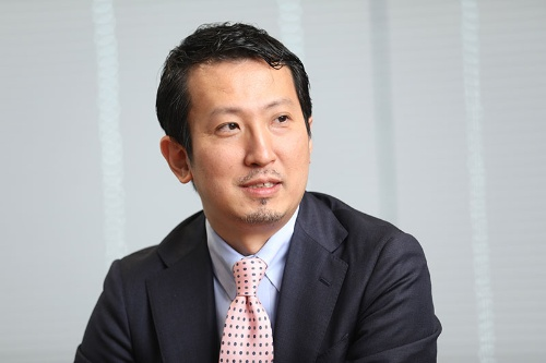 "<span class=""fontBold"">邉見 伸弘(へんみ・のぶひろ)氏</span><br>デロイト トーマツ コンサルティング 執行役員・パートナー/チーフストラテジスト。JBIC(国際協力銀行)で、国際投融資(アジア地域及びプロジェクトファイナンス)やカントリーリスク分析、アジア債券市場育成構想(ABMI)などの政策案件に従事。米国系戦略ファームやハーバード大学国際問題研究所などを経て現職。国際マクロ経済・金融知見を軸に、メガトレンド分析、中期経営計画策定支援やM&A案件を中心に、業界横断型のプロジェクトに多数従事。(写真=鈴木愛子)"
