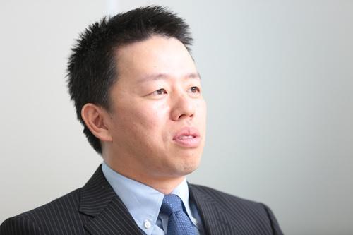 "<span class=""fontBold"">髙田旭人(たかた・あきと)</span><br>ジャパネットホールディングス社長兼CEO。1979年長崎県生まれ。東京大学卒業。大手証券会社を経て、2004年、父・髙田明氏が経営するジャパネットたかたの社長室長に着任。コールセンターや物流センターの責任者を務めた。12年7月から副社長。15年1月、社長に就任 写真:鈴木愛子"