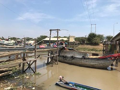 邉見氏は現地でのリアルな情報を得るために、興味を持った場所には自ら踏み込んでいく。写真はベトナムに接するカンボジアの国境の村バンティチャケレイ。カンボジアのコメがメコン川を走る小舟でベトナムへと輸出される。受け取った代金は近所の送金所から3Gのガラケーで送る。