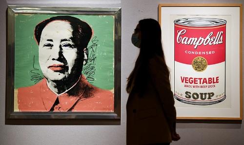 アンディ・ウォーホルは1960年代、スープの缶といった製品や著名人をモチーフに作品を次々と発表、ポップアートを誕生させた。写真は2020年、ロンドンでの競売の様子(写真:REX/アフロ)