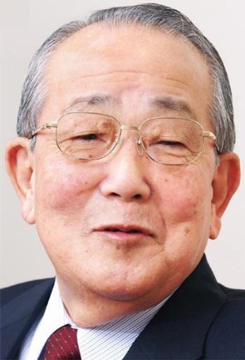 """<span class=""""fontBold"""">稲盛 和夫(いなもり・かずお)</span><br> 1932年鹿児島県生まれ。鹿児島大学工学部卒業。59年京都セラミック(現京セラ)を設立。社長、会長を経て、97年から名誉会長。一方、84年に第二電電企画(現 KDDI)を設立し、2001年から最高顧問。また10年、日本航空会長に就任。2年間でV字回復を成し遂げ、12年から名誉会長、15年名誉顧問。中小企業経営者のための 「盛和塾」の塾長として、後進の育成にも心血を注いできた。1984年には稲盛財団を設立し、「京都賞」を創設。人類、社会の進歩発展に貢献した人たちを顕彰する(写真/山田哲也/「日経ビジネス」2008年11月10日号に掲載のカット)"""