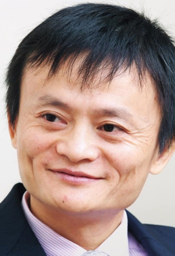 "<span class=""fontBold"">馬 雲(ジャック・マー)</span><br> 1964年9月浙江省杭州市生まれ。88年杭州師範学院外国語学部卒。大学の英語教師を経て、99年アリババを創業。同社を中国最大のネット企業グループに育てた。2014年アリババグループはニューヨーク証券取引所に上場。2019年アリババグループの会長を退任。2020年同じく取締役を退任(写真/山田哲也/「日経ビジネス」2008年11月10日号に掲載のカット)"