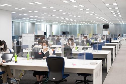 出社を再開したころ。東京・麻布のオフィス(写真:稲垣純也)