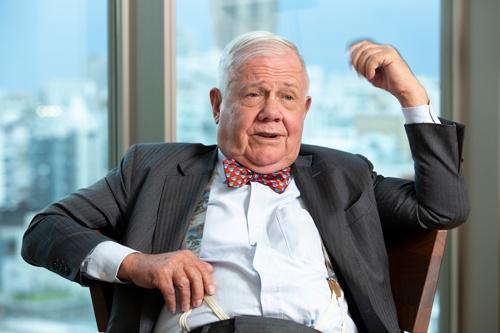 「通貨や経済が台無しになると、人々は金や銀を購入するものだ」と語るロジャーズ氏(写真:的野 弘路)