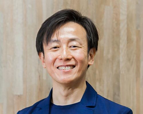 """<span class=""""fontBold"""">青野慶久(あおの・よしひさ)</span><br> 1971年生まれ。愛媛県出身。大阪大学工学部卒業後、松下電工(現パナソニック)を経て、97年、愛媛県松山市で、グループウエアの開発、販売を手がけるサイボウズを設立。2005年、社長就任。社内のワークスタイル変革を推進するとともに3度の育児休暇を取得。クラウド化の推進で事業を成長させ、19年12月期の売上高は前期比18.7%増の134億1700万円。著書に『ちょいデキ!』(文春新書)、『チームのことだけ、考えた。』(ダイヤモンド社)、『会社というモンスターが、僕たちを不幸にしているのかもしれない。』(PHP研究所)、『「わがまま」がチームを強くする。』(監修、朝日新聞出版)など。"""