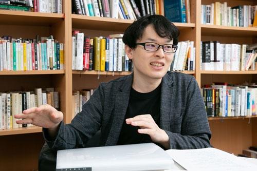 "<span class=""fontBold"">杉浦 泰</span><br />社史研究家。1990年生まれ、神戸大学大学院経営学研究科を修了後、みさき投資を経て、ウェブエンジニアとして勤務。そのかたわら、2011年から社史研究を開始。個人でウェブサイト「The社史」を運営している。写真:的野弘路"